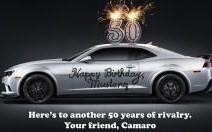 La Camaro souhaite un joyeux anniversaire à la Mustang