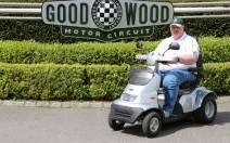 Goodwood : tentative de record insolite en scooter médical