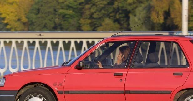 34 % des conducteurs téléphoneraient au volant, contre 18 % il y a 10 ans