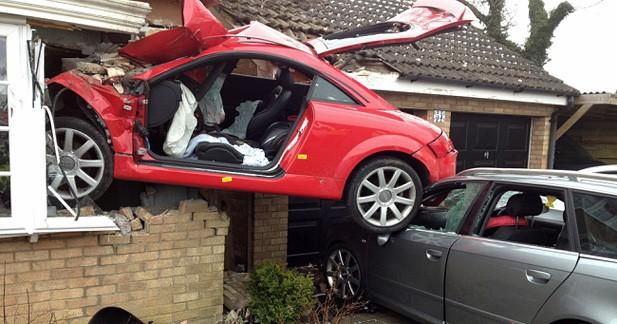 Insolite : Une Audi TT plantée dans la façade d'une maison au Royaume-Uni