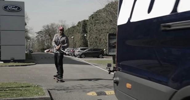 Le champion du monde de windsurf tracté en skate par un Transit