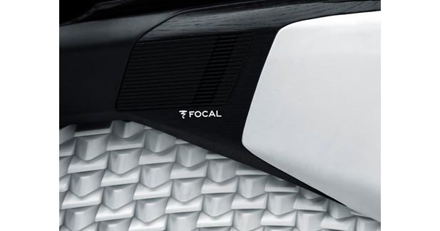 Focal équipe le concept car Peugeot Fractal