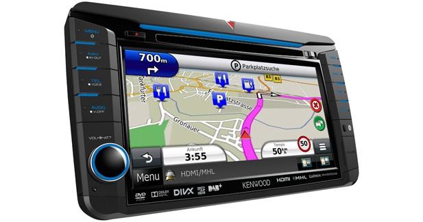Le DNX525DAB peut afficher GPS et source audio en même temps