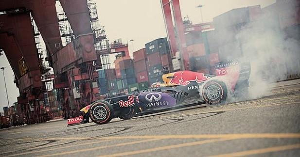 Un gymkhana en Red Bull RB7 pour Carlos Sainz Jr.