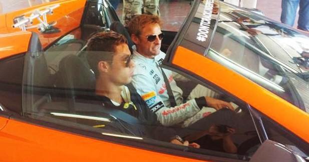 Jenson Button apprend à Cristiano Ronaldo comment conduire une McLaren