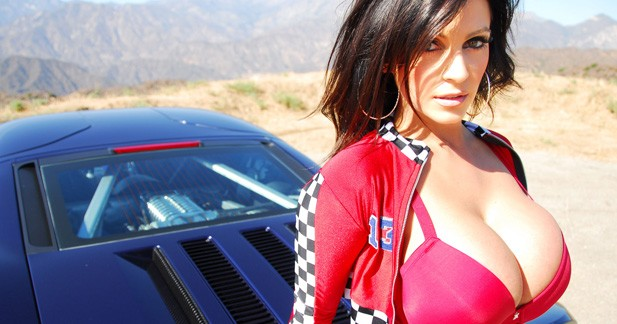 Denise Milani tient à sa Ford GT