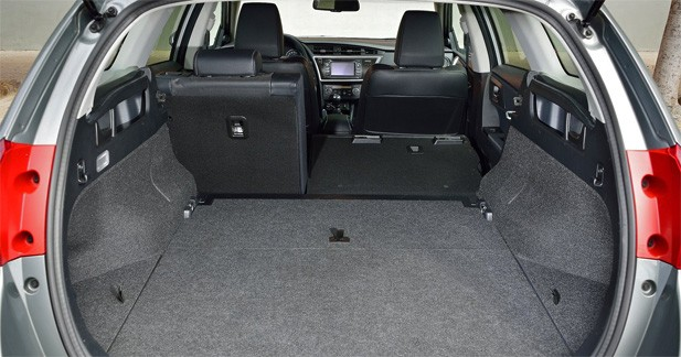 essai toyota auris touring sports hybrid l 39 hybride pratique. Black Bedroom Furniture Sets. Home Design Ideas