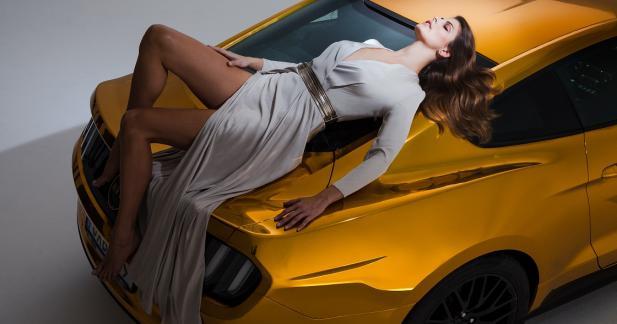 Rencontre entre un mannequin de charme et la Ford Mustang