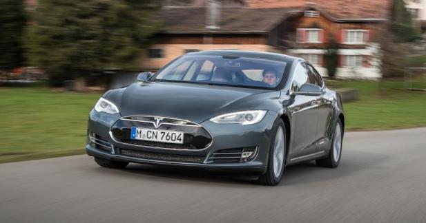 Tesla met à jour son pilote automatique