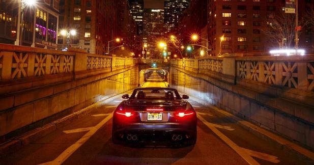 La Jaguar F-Type SVR rugit à pleine voix dans un tunnel