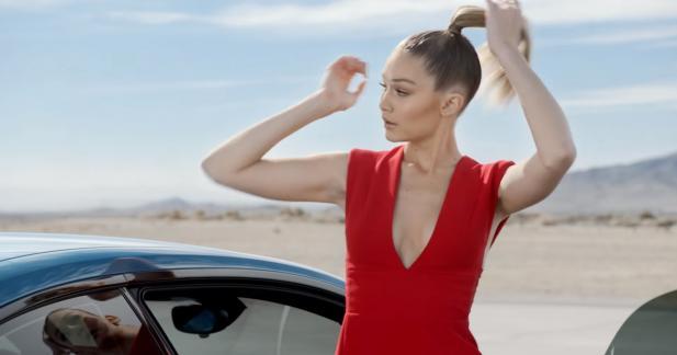 La top-model Gigi Hadid dans un bonneteau sexy avec la BMW M2
