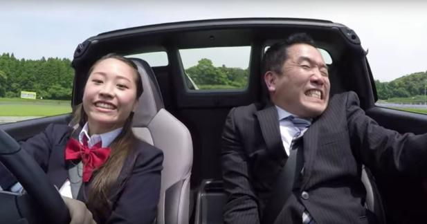 Un concessionnaire Honda terrorisé par une écolière japonaise