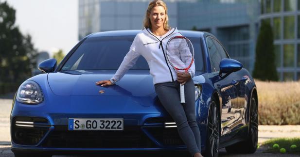 Angelique Kerber pose au côté de la Porsche Panamera Turbo