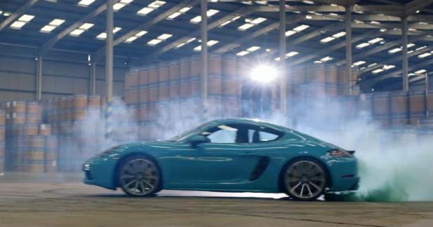 La Porsche 718 Cayman fait la course contre une meute de drones
