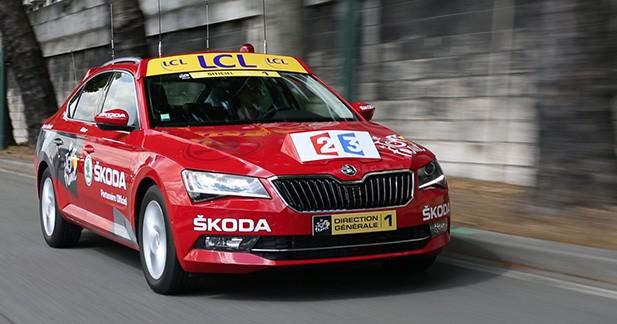 A bord de la voiture officielle du Tour de France
