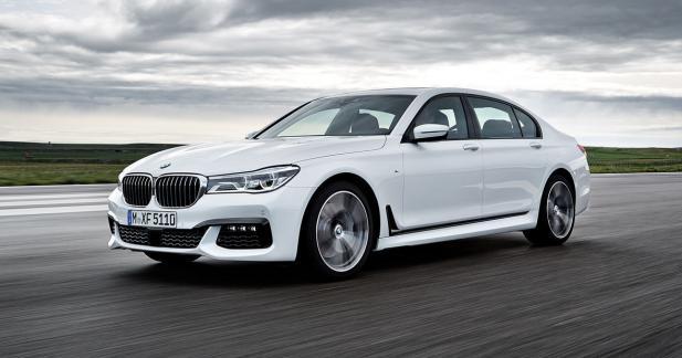 La voiture autonome approche à vitesse grand V