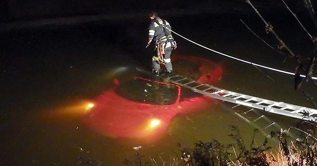 Une Ferrari au fond d'un lac : street art ou accident ?