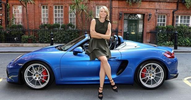 Maria Sharapova pose avec la Porsche Boxster Spyder
