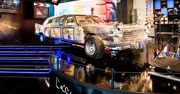 Une limousine en plexiglas en exposition au Peugeot Avenue