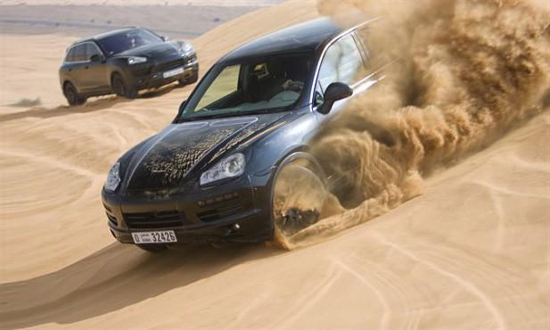 Porsche Cayenne 2 : à demi-nu dans les dunes