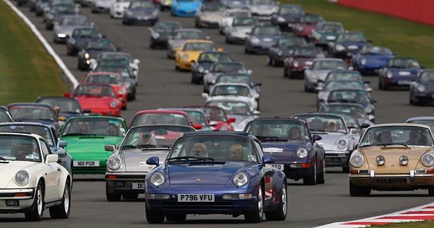 Une gigantesque parade de 1 200 Porsche 911 à Silverstone