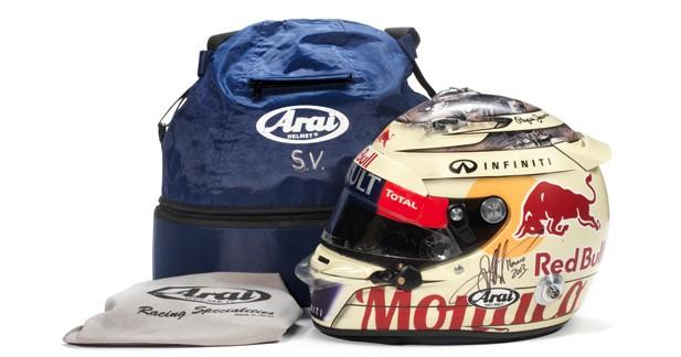 Sebastian Vettel vendra l'un de ses casques à Goodwood