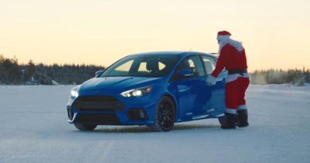 Le père Noël nargue la police en Ford Focus RS