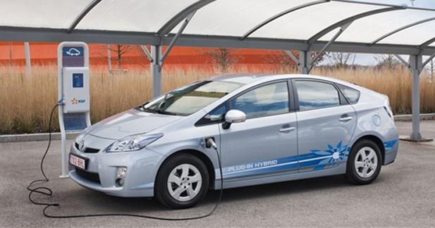 3 exemplaires de la Prius rechargeable remis à la Ville de Paris