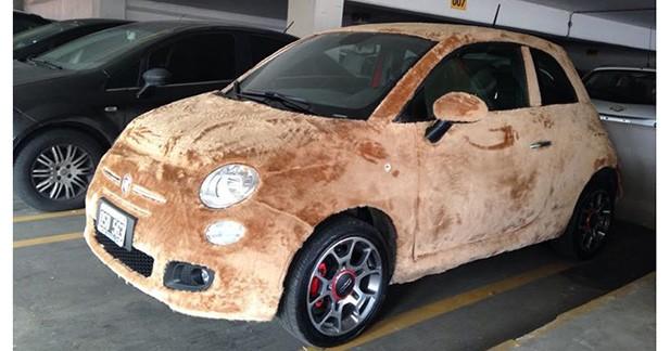 Une Fiat 500 en peluche surprise dans un parking