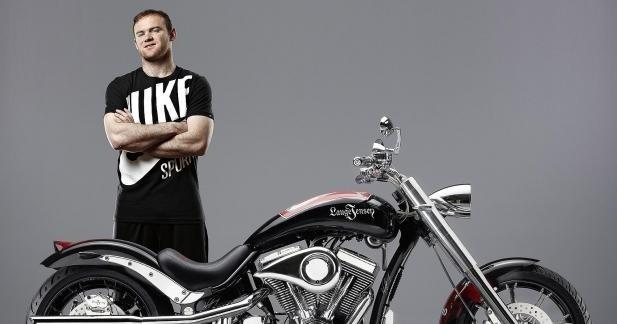 Wayne Rooney signe une moto pour une œuvre de charité