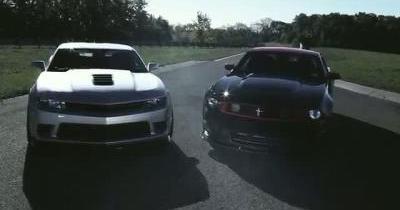 Duel en images superposées entre les Camaro Z28 et Mustang Boss 302