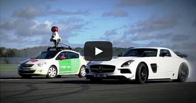 Une Google car et un Stig joueur sur le circuit de l'émission Top Gear