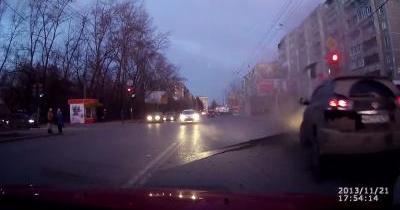 En Russie, la route explose sous une voiture