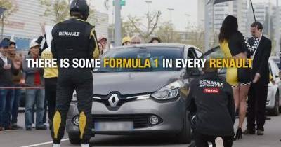 Des conducteurs accueillis par des ''grid girls'' au supermarché