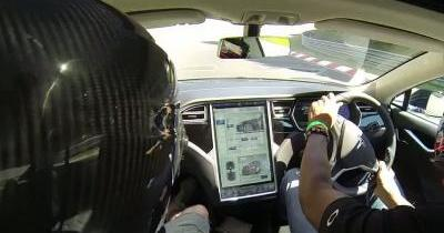 Un tour du Nurburgring en silence à bord d'une Tesla S