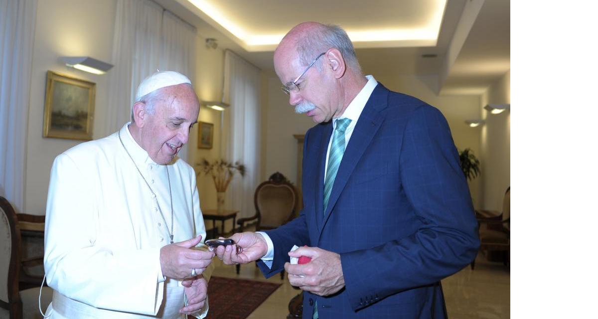 La nouvelle papamobile remise au pape François