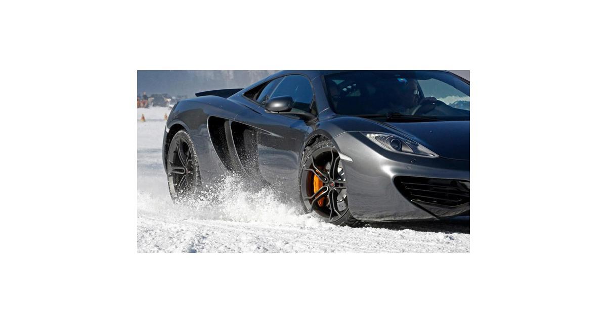 McLaren 12C Spider : en duel sur la neige avec un snowboard