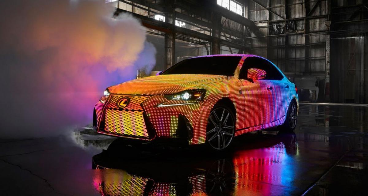 Lexus transforme une IS en écran LED géant