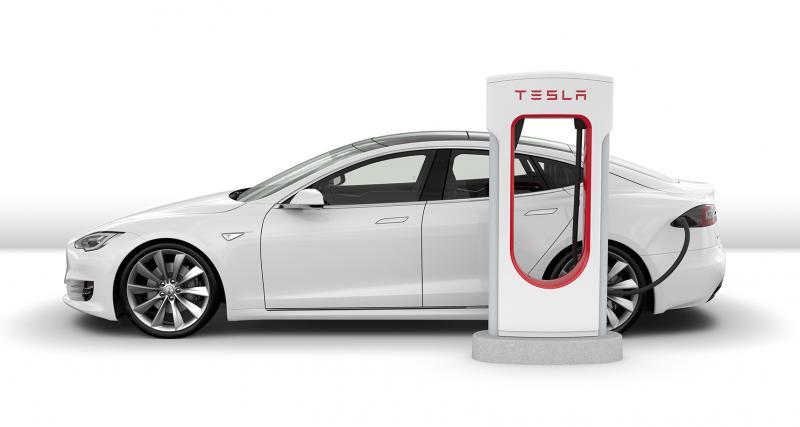 Laisser sa Tesla trop longtemps au Superchargeur devient payant