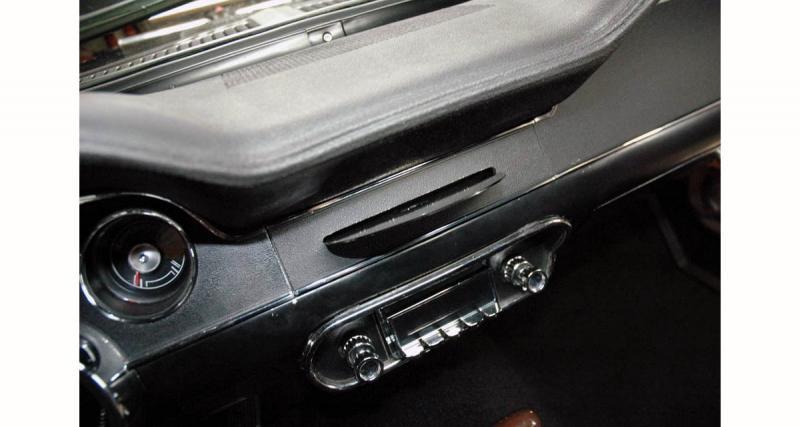 L'autoradio Clarion est intégré de façon à conserver le design de la planche de bord