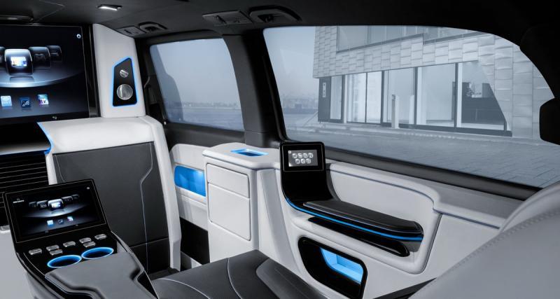 Entre salon et bureau mobile de grand luxe dans un Mercedes Classe V Brabus