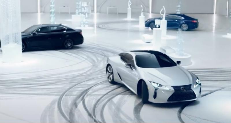 Les sportives de Lexus s'adonnent à des donuts autour de cristaux Baccarat