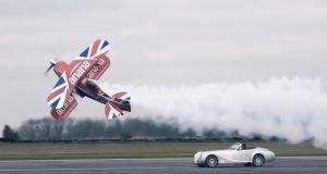 Duel de danse pour une Morgan Aero Speed 8 et un avion de voltige