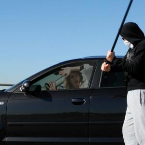 La pose d'un film protecteur peut être une solution contre le carjacking