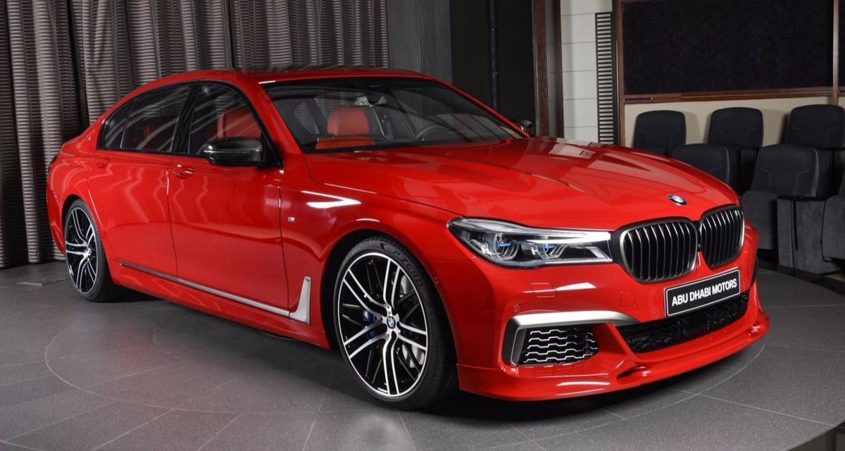 Une BMW M760Li voit totalement rouge à Abu Dhabi