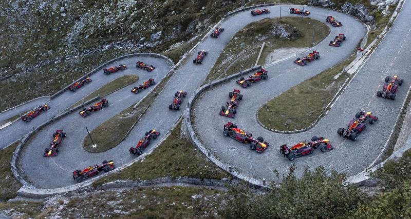 Une F1 Red Bull part affronter un col de montagne dans les Alpes