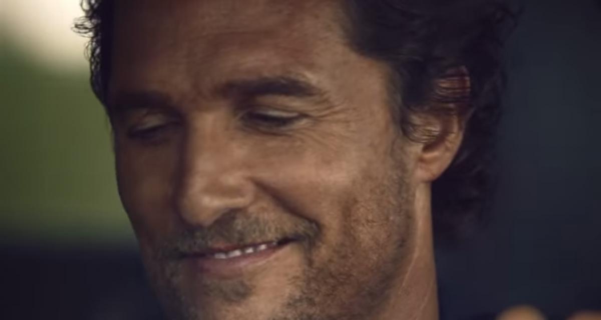 Matthew McConaughey joue du tam-tam sur un volant pour promouvoir le Lincoln Navigator