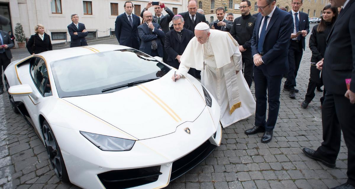 Miracle : le pape vend une Lamborghini au prix de 4 !