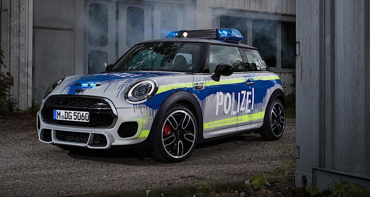 La Mini John Cooper Works joue aux voitures de police rebelles