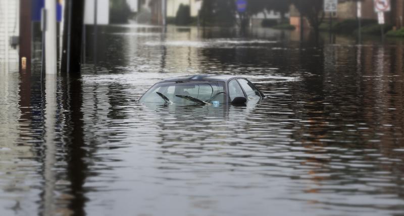 Inondations: les gestes qui sauvent en cas de véhicule immergé